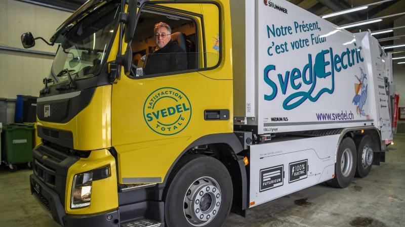 Jean-Patrick Ducommun, patron de Svedel, dans le camion-poubelle électrique.