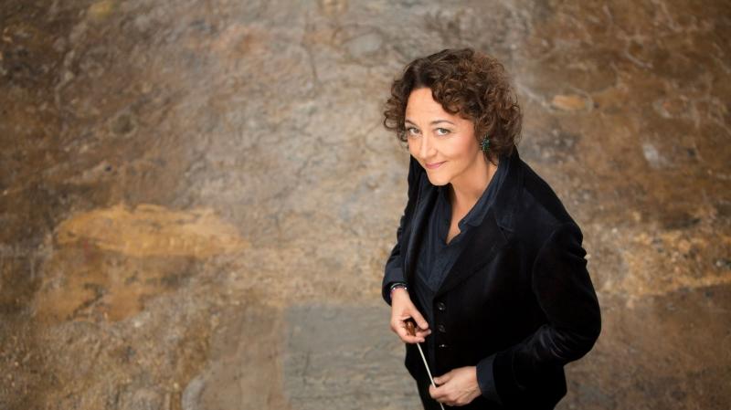 Nathalie Stutzmann chante tout en tenant la baguette de chef d'orchestre.