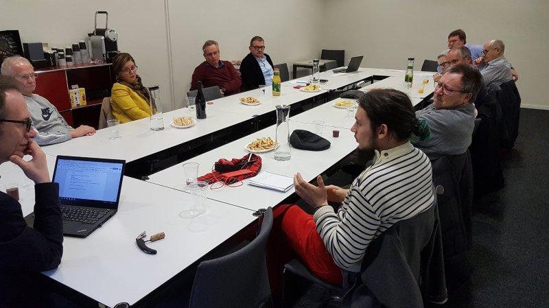 Des lecteurs impliqués auprès des journalistes lors du premier Café citoyen ArcInfo
