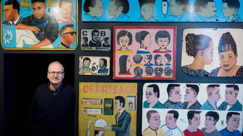 Fasciné par la bande dessinée depuis tout petit, Marc-Olivier Gonseth pose ici devant cette série d'enseignes de petits métiers de l'Afrique de l'Ouest.