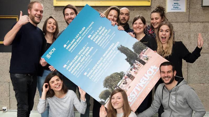 Une partie de l'équipe de Festi'neuch devant l'affiche 2018. A gauche, le directeur et programmateur Antonin Rousseau.