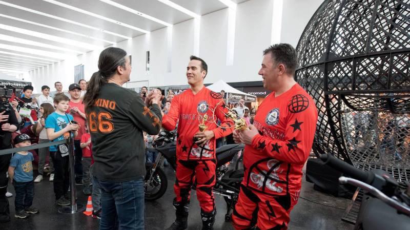 Deux motards de l'extrême battent un record mondial à Marin Centre