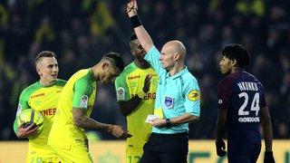 Football: en appel, Tony Chapron, l'arbitre français qui avait taclé un joueur, écope de 6 mois de suspension ferme