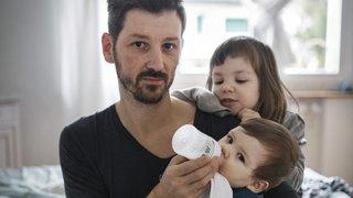 Boulot, dodo, bébés: des superpapas exposés à Cernier