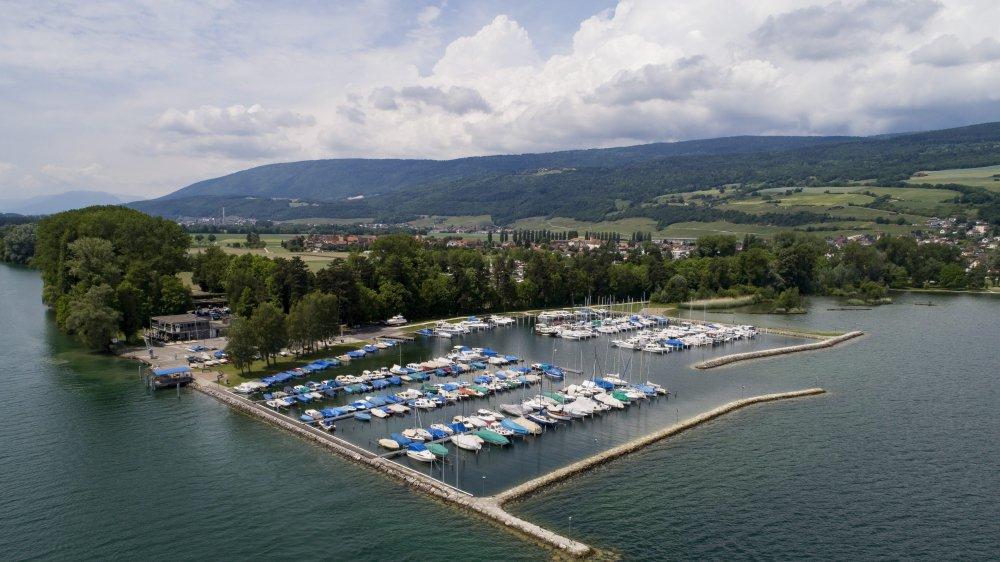 Au premier plan, les trois pontons du «vieux port» qui devraient être complètement rénovés l'hiver prochain.