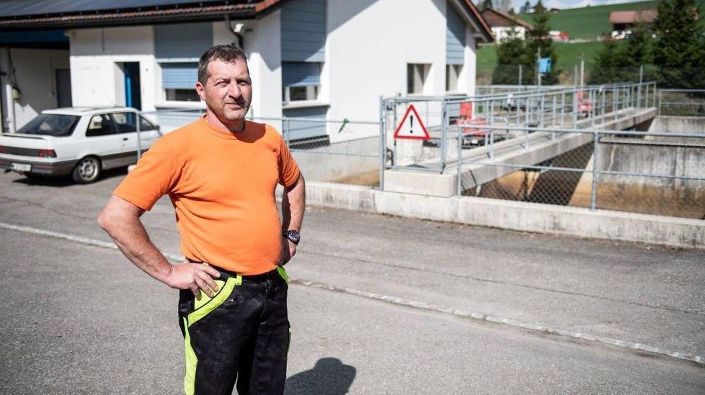Marc-André Dubois, devant la Step de Montfaucon qui existe depuis 2002 et à laquelle les habitations de Pré-Petitjean auraient pu être raccordées, mais pas celles des Sairains, trop loin. D'où leur frustration en décembre dernier que le projet d'une mini-step en bas du hameau ait été balayé.