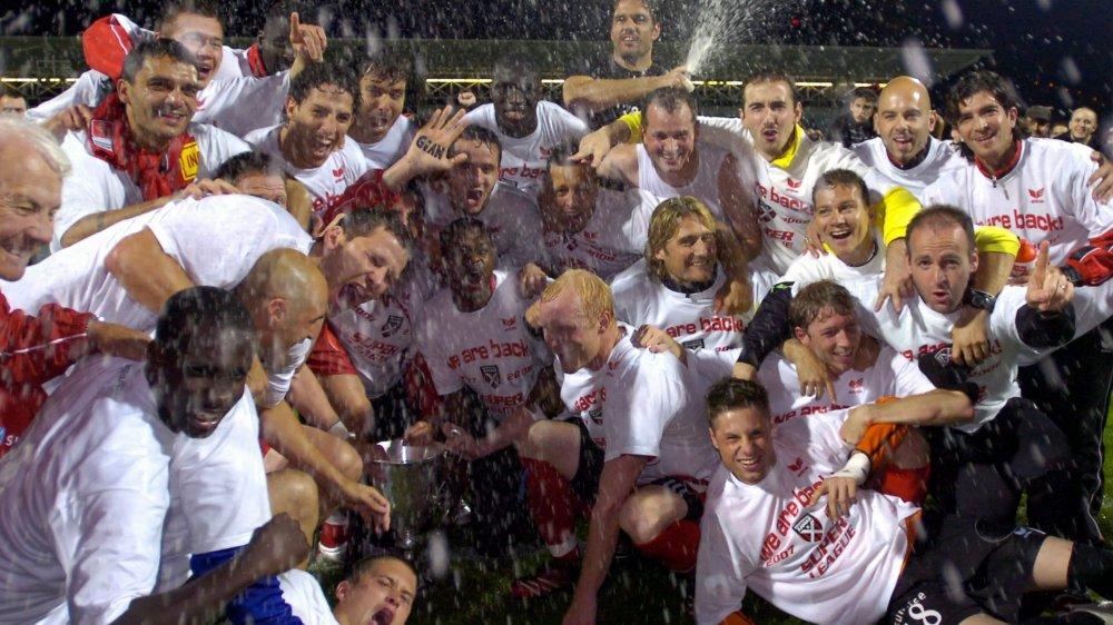 Raphaël Nuzzolo (au deuxième rang, au centre) et Laurent Walthert (à droite au premier plan, numéro 18) sont les seuls Xamaxiens actuels à avoir vécu la promotion de 2007.