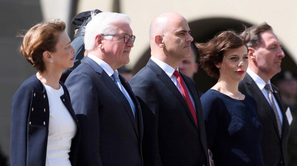Le président allemand, Frank-Walter Steinmeier (deuxième depuis la gauche), et son épouse ont été reçus avec les honneurs, hier, à Berne, par Alain Berset et son épouse.
