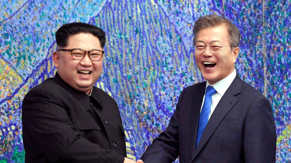Franches poignées de main et sourires éclatants: Kim Jong-un (à gauche) et Moon Jae-in ont sorti  le grand jeu, hier, lors de leur rencontre historique dans la zone démilitarisée.