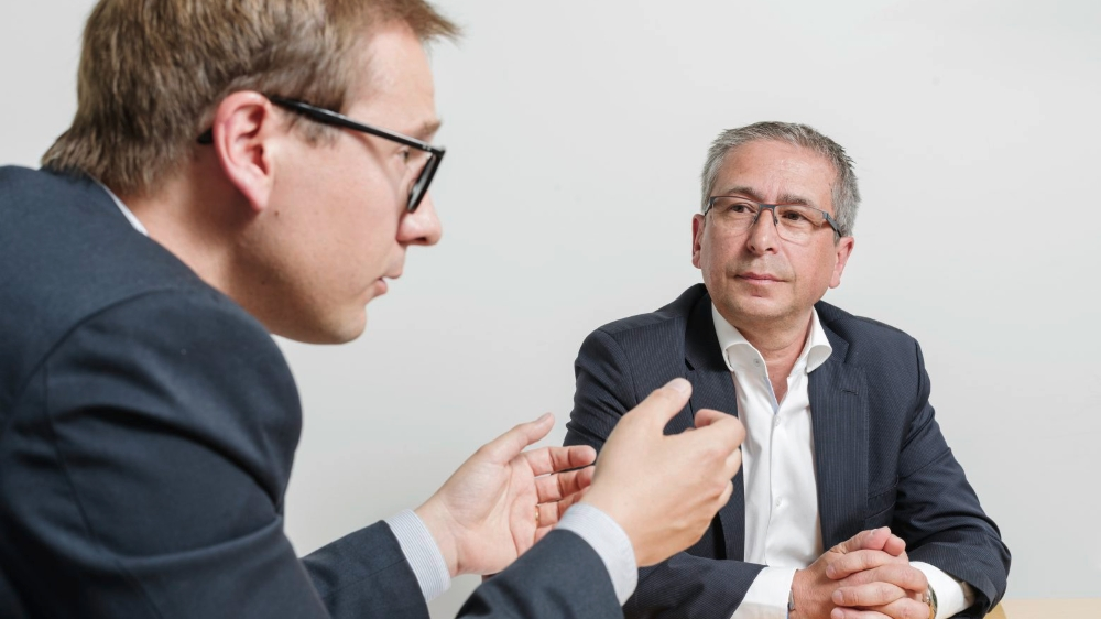 Le conseiller national valaisan Philippe Nantermod (à gauche) et le directeur de la Loterie romande, Jean-Luc Moner-Banet,  ont croisé le fer à propos des jeux d'argent, objet de votation le 10juin prochain.
