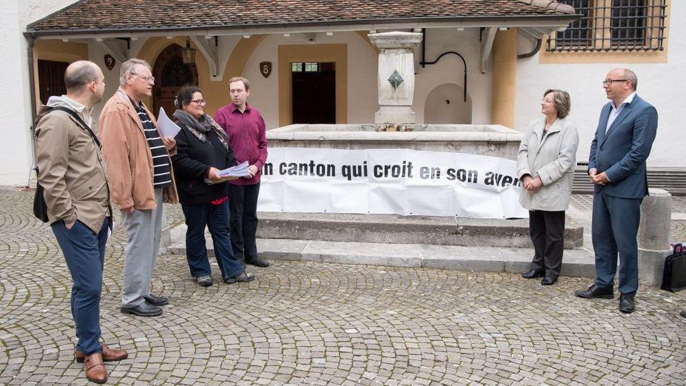 Lors du dépôt au château de Neuchâtel des motions et de la pétition par le Comite de crise.