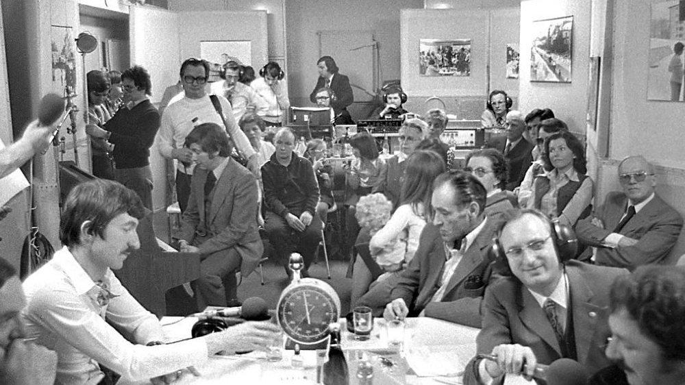 Les pionniers de Radio Hôpital avec à gauche Jacques Frey, tout au fond à la régie Jean-Pierre Girardin et à droite tendant le micro Francis Jeannin