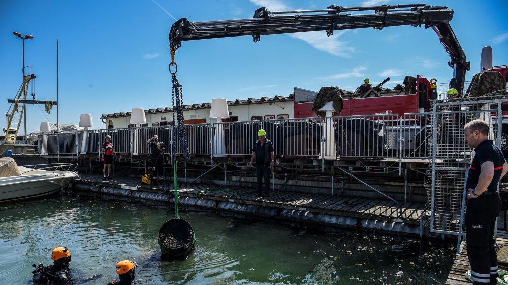 Les pompiers de Neuchâtel et l'association Purlac ont nettoyé le port de la ville.