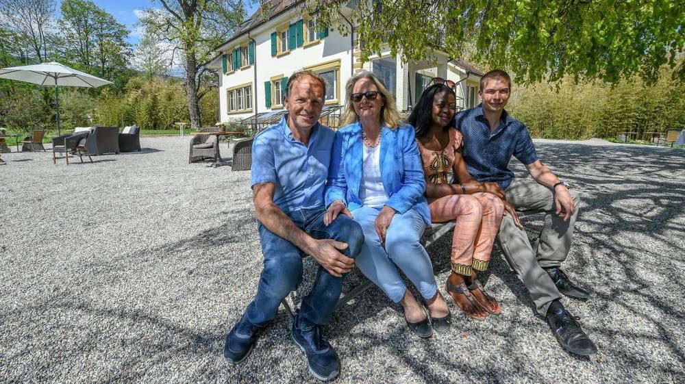 En décembre dernier, Philippe et Anne-Lise Glardon (à gauche) ont ouvert le Lodge Glardons, à Marin, avec leurs amis Gisèle et Guillaume Zbinden.