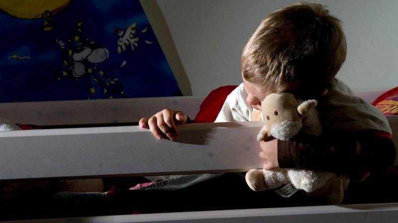 """Trouver 55 familles d'accueil: des professionnels de l'enfance dénoncent une réforme """"irréaliste"""""""