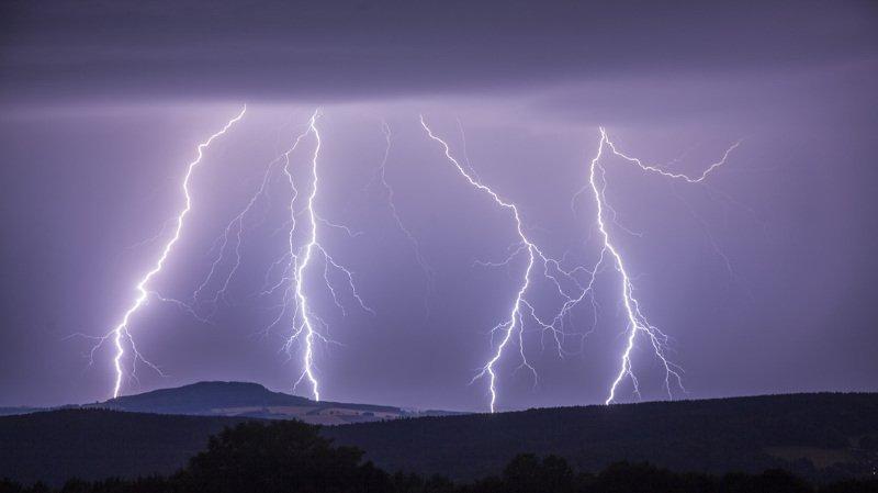"""Météo: de violents orages ont balayé la Suisse mardi soir, plus de 7000 """"coups de foudre"""" enregistrés"""