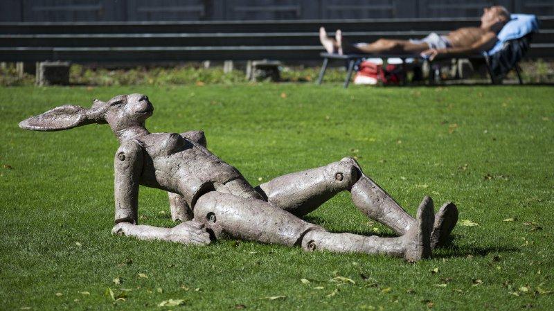"""Dans les années 80, les bains du Marzili, en pleine ville de Berne, sont devenus la Mecque du """"topless"""". Ici la sculpture """"Hommage à Nicola Zaric"""" exposée à la piscine extérieure de Marzili en octobre 2017."""