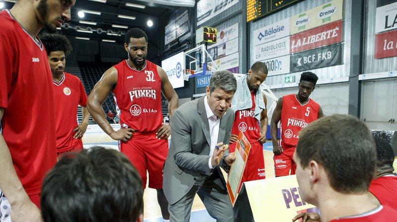 Le coach vaudois Randoald Dessarzin parle à ses hommes.