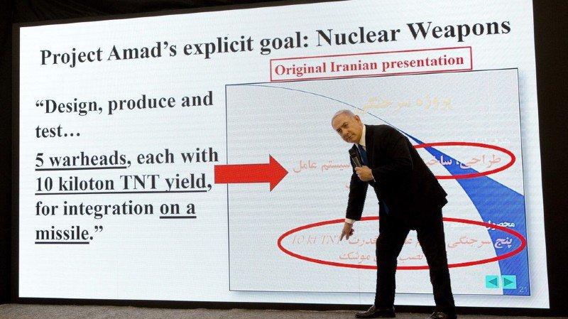 Benjamin Netanyahu n'a pas hésité à se mettre en scène pour appuyer sa démonstration.