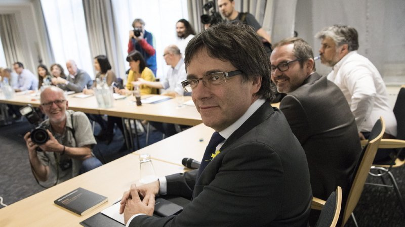 Espagne: Puigdemont renonce à la présidence et désigne son successeur