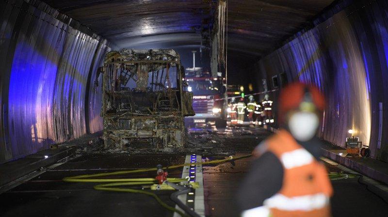 Le tunnel du San Bernardino dans les Grisons était fermé depuis vendredi après-midi à la suite de l'incendie d'un car de tourisme.