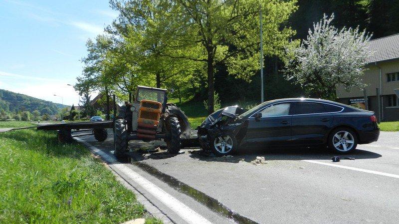 Un tracteur est entré en collision samedi après-midi à Gränichen (AG) avec une voiture.