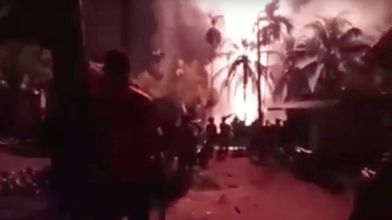 """""""Le feu est toujours actif et n'a pas encore pu être maîtrisé"""", a déclaré le chef du sous-district de Ranto Peureulak, Saiful."""