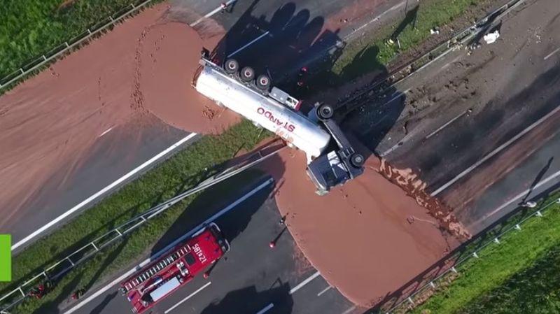 Un camion se renverse en Pologne: 12 tonnes de chocolat chaud sur la chaussée
