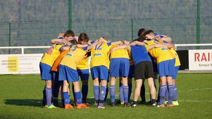 Match des juniors B joué, samedi, à Fontainemelon au lieu d'à Sous-le-Mont. Le FC Dombresson a battu Neuchâtel Xamax FCS 4 à 2.