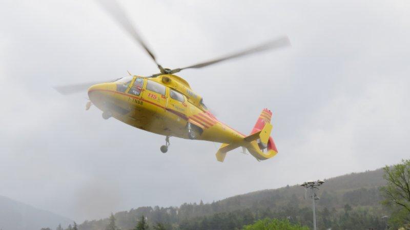 Tour d'Italie: une voiture force les barrières de sécurité, une motocycliste grièvement blessé