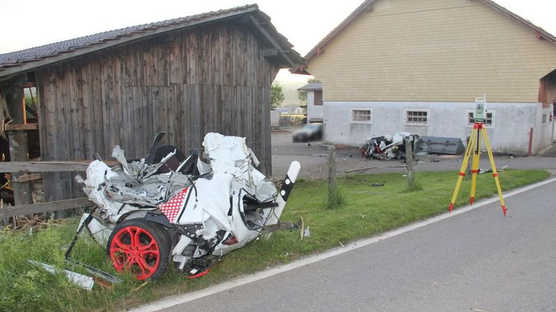 Suite à la violence du choc à l'entrée de Courfaivre, le conducteur a été expulsé de l'habitacle. Il est décédé sur les lieux.