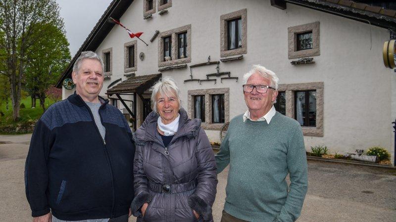 Laurent Meyrat, nouveau tenancier du restaurant des Roches-de-Moron, aux côtés des propriétaires, Myriam et Bruno Stengel.