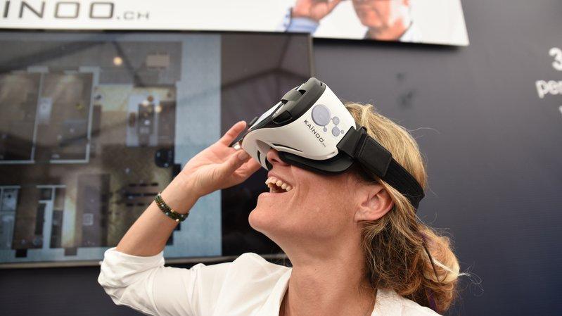 Caroline Petter de Kaïnoo en pleine visite 3D immersive d'un appartement sur plan.