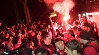 Football: les Xamaxiens accueillis par leurs supporters sur l'esplanade de la Maladière