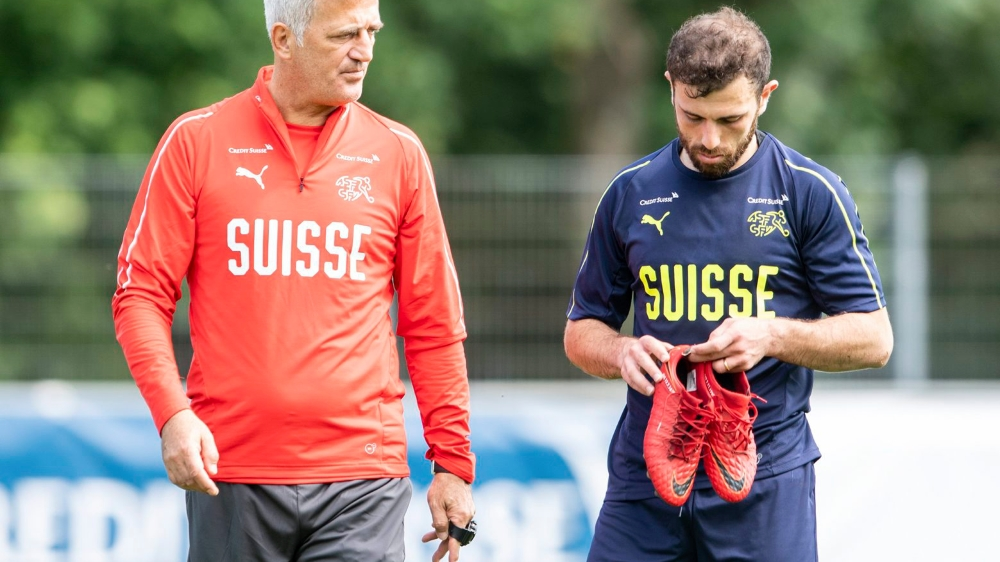 Pas suffisamment remis de sa blessure, Admir Mehmedi (à droite) a annoncé à Vladimir Petkovic qu'il renonçait à la Coupe du monde.