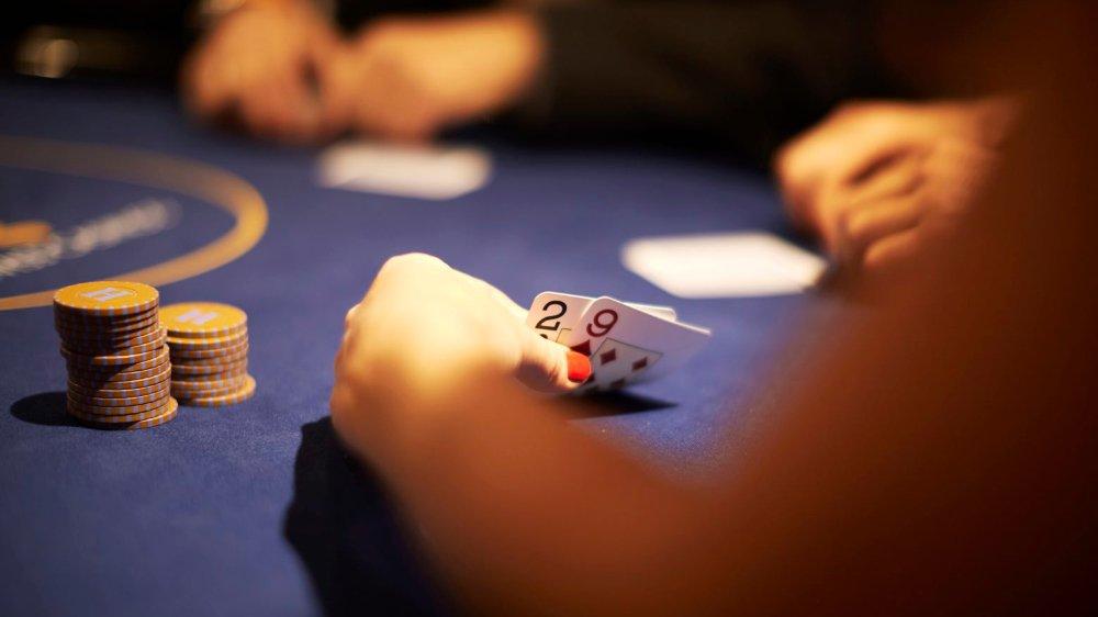 Le système retenu par la Suisse, soumis au peuple le 10juin, prévoit que seuls les loteries reconnues et les 21 casinos établis auront le droit de proposer des jeux en ligne, avec une exception pour le poker.