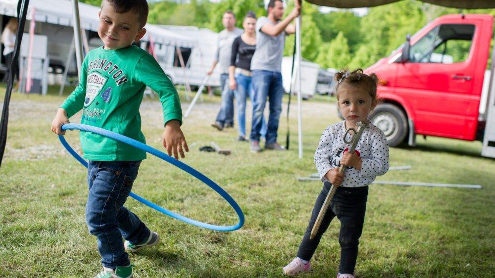 Des enfants s'amusent dans un camp yéniche à Berne.