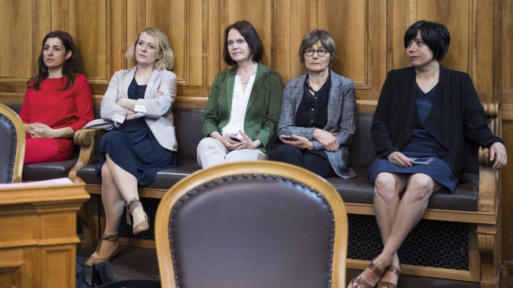 Des conseillères nationales ont attentivement écouté les débats sur l'égalité, assises au fond de la salle du Conseil des Etats.