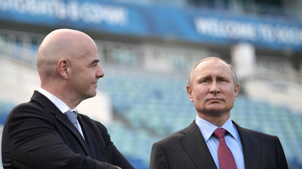 Vladimir Poutine, ici avec Gianni Infantino (président de la Fifa), en train d'inspecter le stade rénové de Sotchi. Le président russe, très sportif, n'a jamais été un grand fan de football…