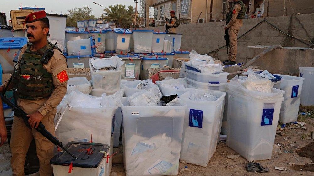 Certains imputent l'incendie, dimanche, dans un fief sadriste de Bagdad, d'un dépôt où se trouvaient ces urnes, comme un avertissement adressé à Moqtada Sadr par des relais pro-iraniens.