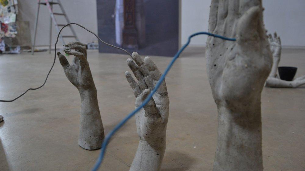 Les habitants du Noirmont ont prêté leurs mains àShendra Stucki. L'artiste tessinoise expose les coulages accompagnés de commentaires personnels.