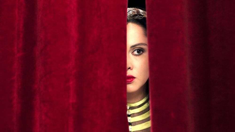 Dans le rôle d'Oum Kulthum, la jeune actrice égyptienne Yasmin Raeis touche juste, d'un simple regard.