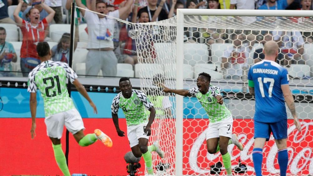 Ahmed Musa écarte les bras de joie après avoir inscrit sa deuxième  réalisation face aux Islandais.