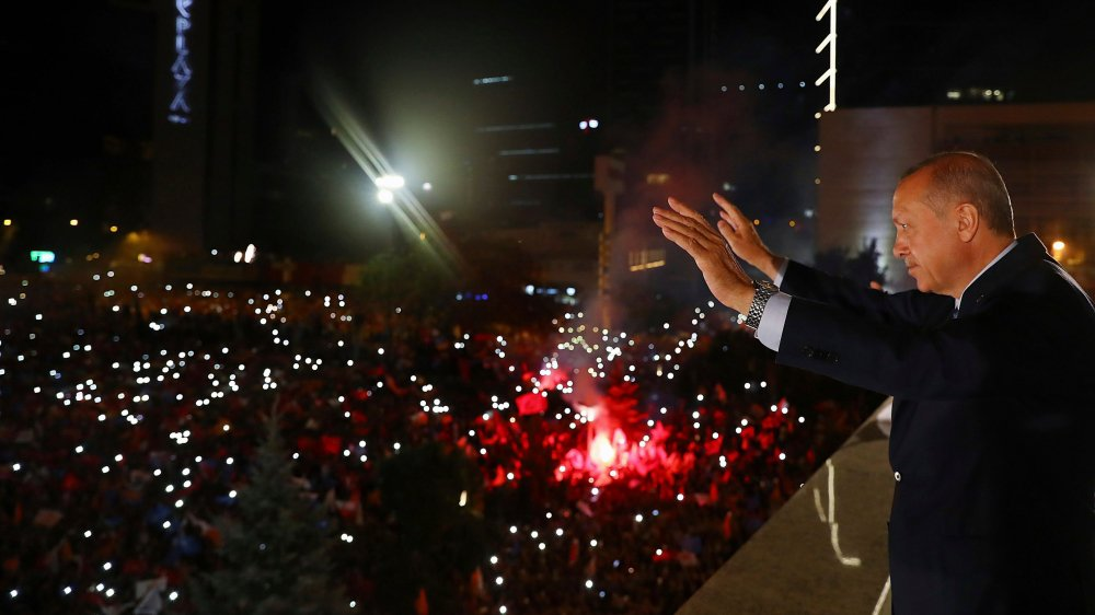 Le président turc Recep Tayyip Erdogan fête sa victoire devant ses partisans. Hier, il est sorti considérablement renforcé de l'âpre bataille électorale remportée la veille.