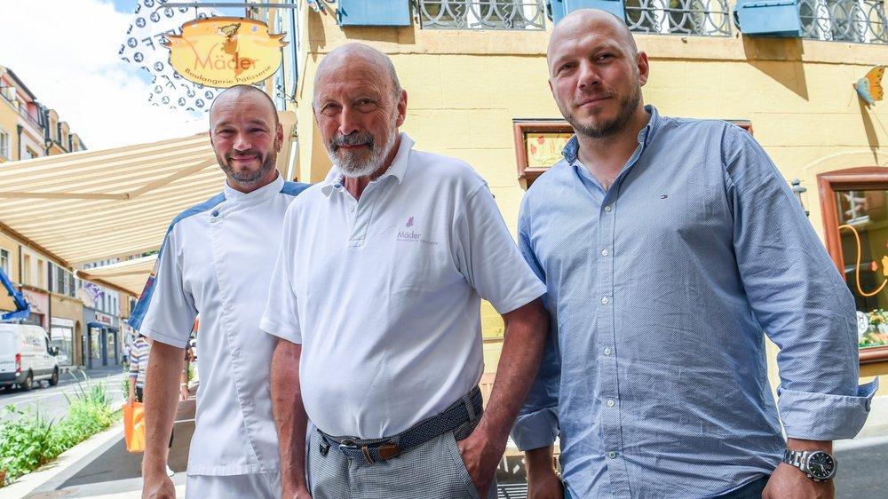 Christian, à gauche, et Roland Mäder entourent leur papa, Werner, devant la boulangerie.
