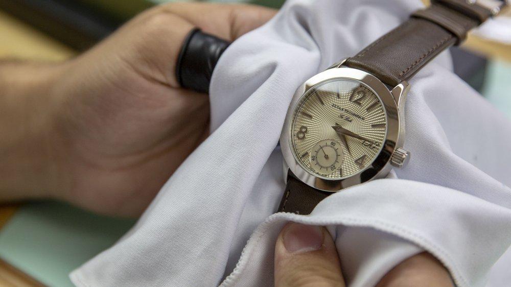Cadran champagne, heure, minute et petite seconde à 6 heures: la montre-école du 150e est équipée d'un mouvement à remontage manuel.