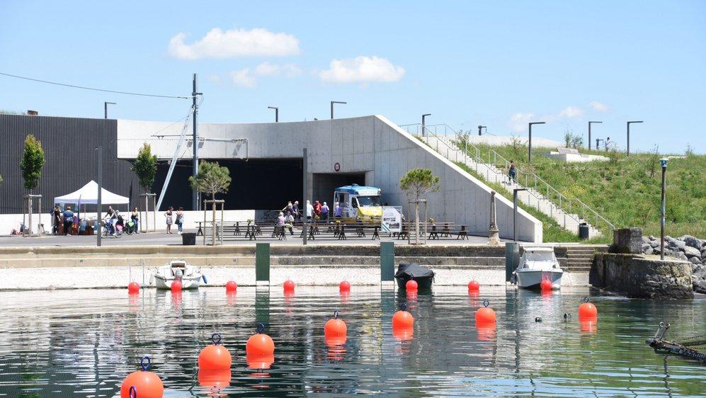 Tout en découvrant les nouveaux aménagements de Serrières, les curieux ont pu déguster quelques produits du terroir autour du port.