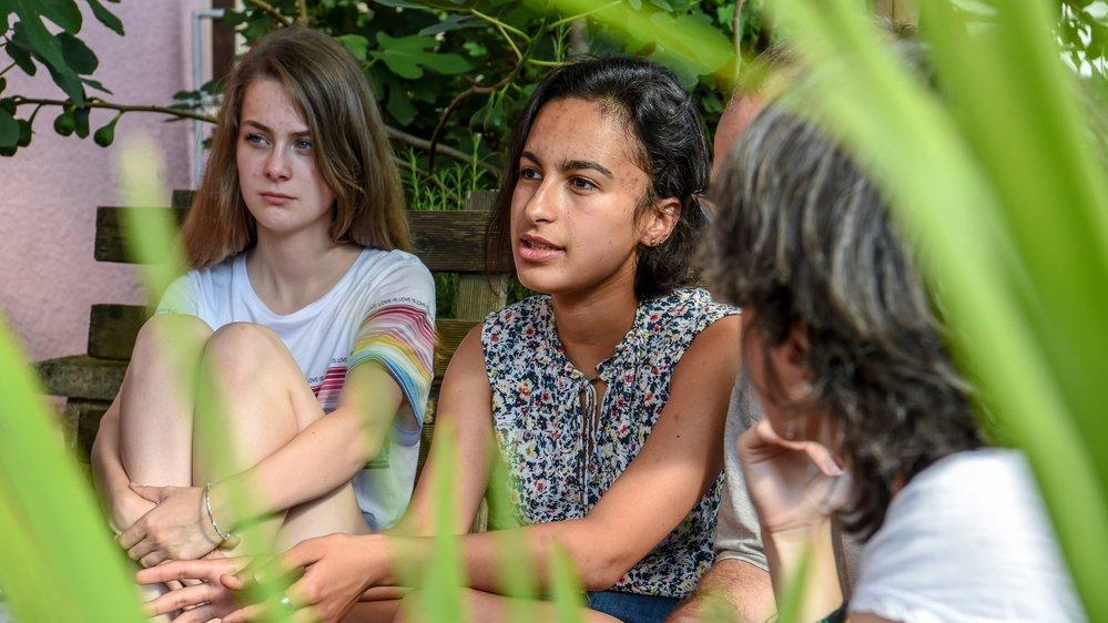 Rihab Smaali (au milieu) vit dans une famille d'accueil à Cressier depuis septembre.