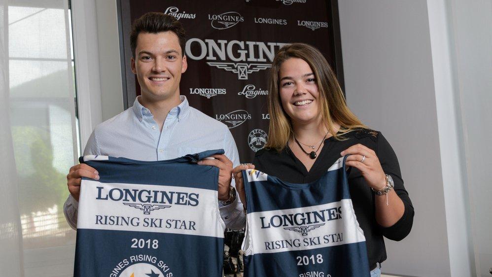 Loïc et Mélanie Meillard avec leur dossard de «meilleur jeune» de la Coupe du monde de ski alpin 2017-2018.