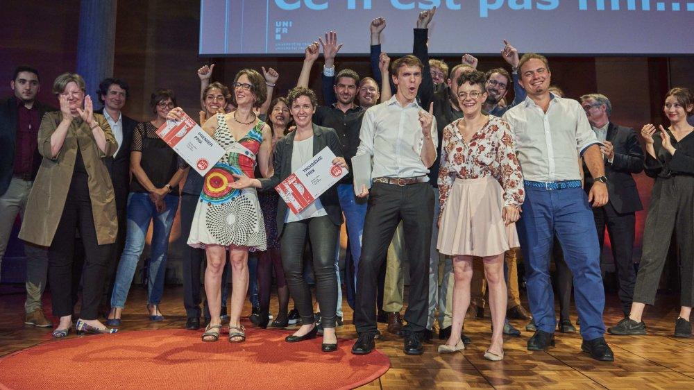 Les lauréat des prix en folie jeudi soir à l'Aula magna de l'université de Fribourg.